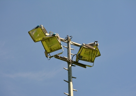 Floodlight voetbal close-up foto achter de blauwe hemel