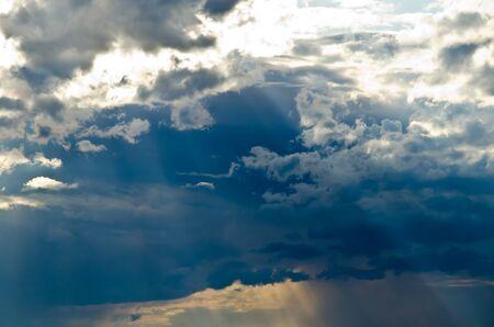 光の縞模様を壮大な雲 写真素材
