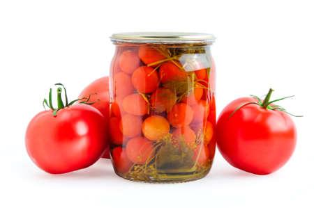 encurtidos: Rojo tomates en vinagre y frescos aislados sobre fondo blanco