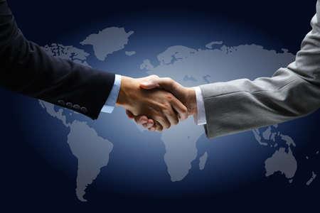 verdrag: Handdruk met een kaart van de wereld op de achtergrond