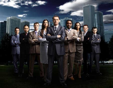 lideres: Equipo internacional de negocios más de fondo urbano moderno