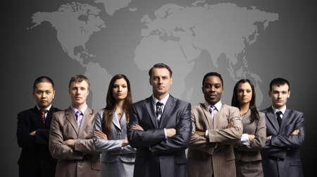 negocios internacionales: Los hombres de negocios de pie delante de un mapa de la Tierra