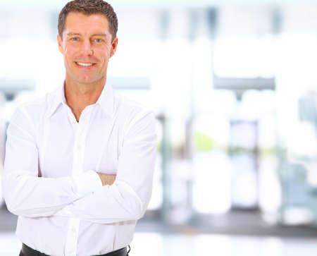Sonriendo medio de negocios entre el hombre