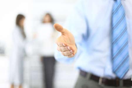 bienvenida: Hombre de negocios que se extiende la mano para estrechar