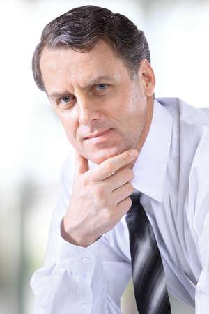 elegant business man: Volto di sorridere dolcemente maturo affari