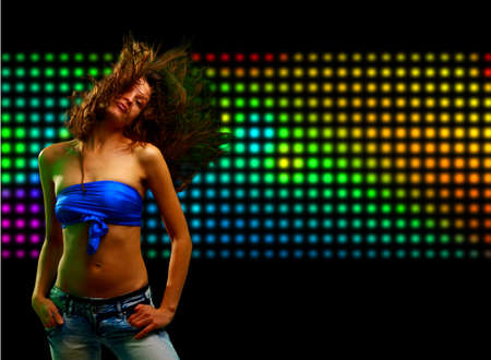 night club: Bella giovane donna che balla in discoteca