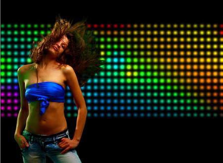 night club: Joven y bella mujer bailando en la discoteca