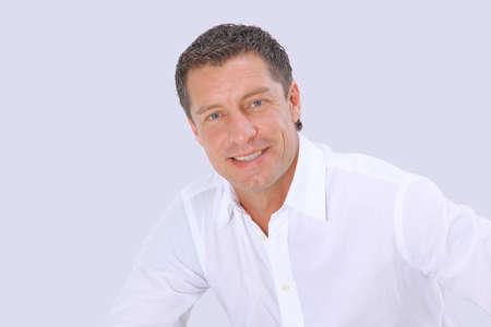 Closeup Porträt eines älteren Mannes lächelnd auf weißem Hintergrund