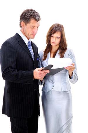 businesswoman suit: Retrato de un par de negocios alegre de pie juntos con los brazos cruzados sobre fondo blanco