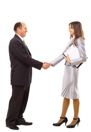 podání ruky: mladý muž potřásl rukou s ženou proti bílému pozadí