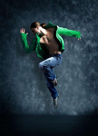baile hip hop: bailarina de danza moderna posa delante de la pared vieja y sucia