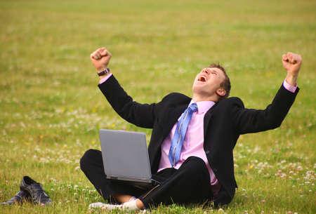 junger Kerl ist im Freien arbeiten