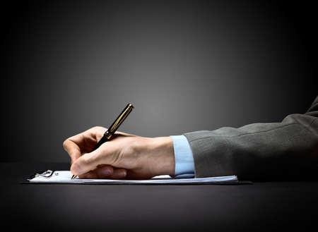 contrato de trabajo: hombre de negocios de la mano con la pluma
