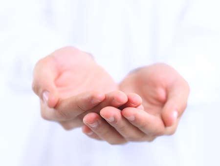 reaching hands: Open handen van een man