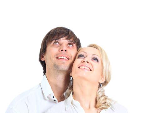 pareja saludable: Pareja de haber abrazado lejos mira sobre un fondo blanco