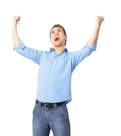personas celebrando: Retrato de un joven muy feliz con los brazos levantados