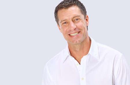 白の背景に笑みを浮かべてシニア男のクローズ アップ肖像 写真素材