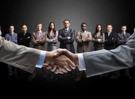 pacto: apretón de manos aislado en el fondo de negocio Foto de archivo