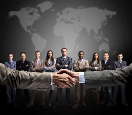 saludo de manos: apret�n de manos aislado en el fondo de negocio Foto de archivo