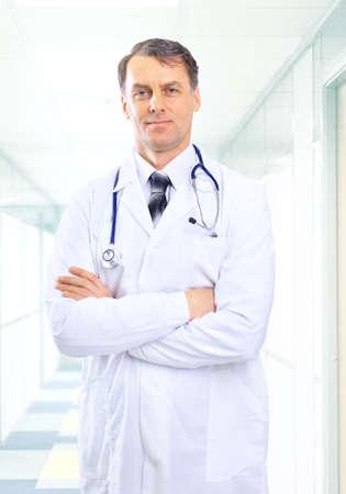 doctor verpleegster: senior knappe man arts