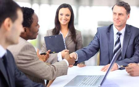 interracial: Handshake und Teamarbeit