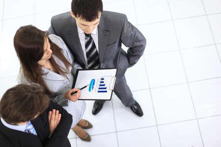 recursos financieros: Por encima de la vista de socios de negocios manos sobre papeles discutiendo nuevo proyecto a satisfacer