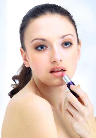 concealer: Ritratto di donna bella applicare il rossetto con pennello correttore labiale