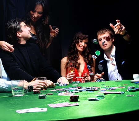 cartas de poker: Hombre joven lanzando fichas en la mesa jugando a las cartas
