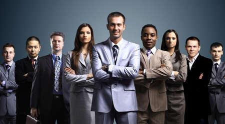 leiterin: Business-Team von jungen Gesch�ftsleuten gebildet stand �ber einem dunklen Hintergrund