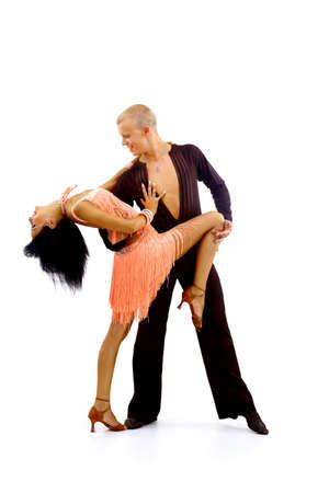 baile latino: bailarina en una acción aislada en blanco