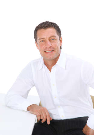 aged: Closeup ritratto di un uomo anziano sorridente su sfondo bianco
