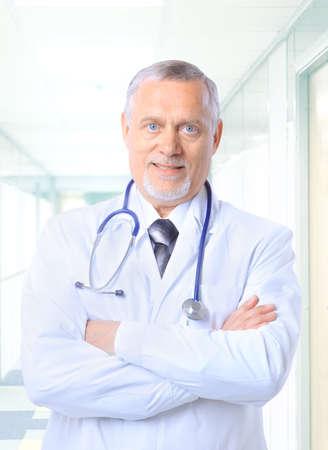 doctor: Retrato de un m�dico jefe feliz con el estetoscopio