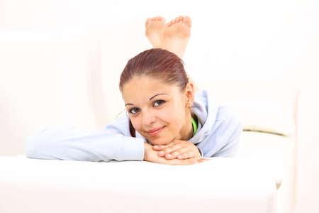 divan: Sonriente niña acostada en un diván y el pensamiento