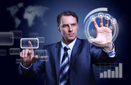touchscreen: Empresario presionando el tipo de alta tecnolog�a de botones modernos en un fondo virtual