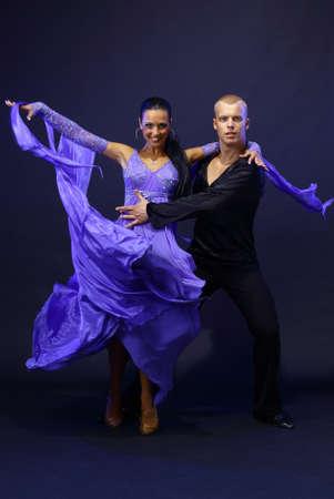 baile latino: bailarines contra el fondo negro Foto de archivo