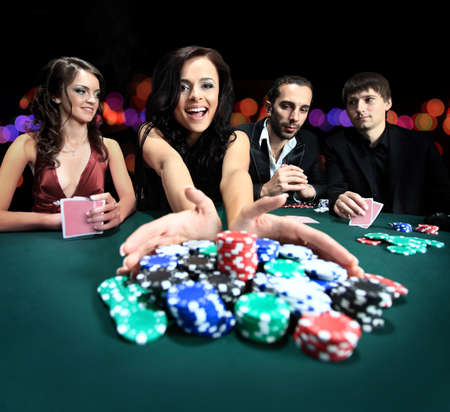cartas de poker: joven y bella mujer jugando en el casino Foto de archivo
