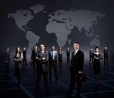 젊은 기업인의 형성 비즈니스 팀 어두운 배경 위에 서