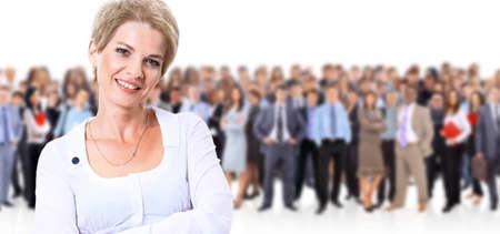 幸せな若いビジネス女性彼女のチームの前に立って