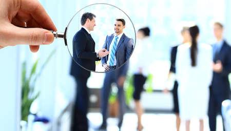 Vergrootglas en zakenman in focus Stockfoto