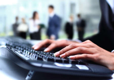 ordinateur de bureau: Les mains de l'homme travaillant sur ordinateur portable sur fond de bureau Banque d'images