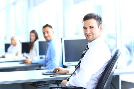 grupo de hombres: Retrato de joven empresario en la oficina con los colegas en el fondo