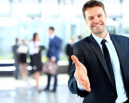 relation: Portrait d'un homme d'affaires prospère de donner un coup de main
