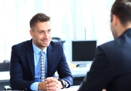 entrevista: Feliz empresarios hablando sobre la reuni�n en la oficina