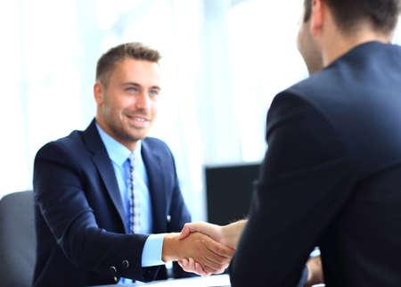 manos unidas: negocios dando la mano para sellar un acuerdo con su socio