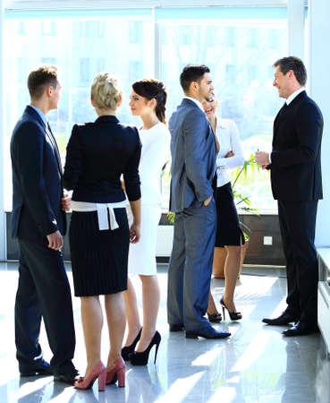 persone che parlano: Imprenditori hanno riunione in ufficio moderno