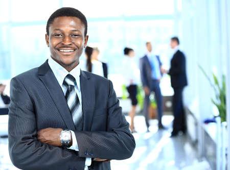 actitud positiva: Hombre de negocios confidente con su equipo detrás