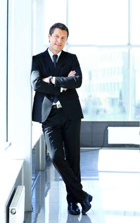 hombre: Retrato de un apuesto hombre de negocios