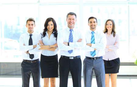 Equipe: Portrait d'homme d'affaires menant son équipe au bureau Banque d'images