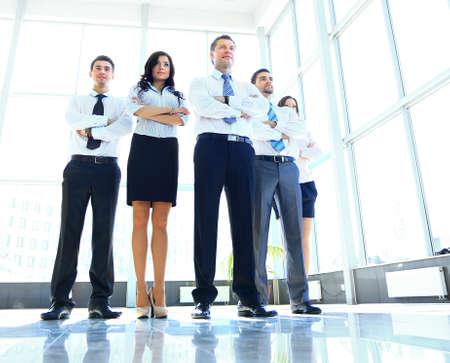 lidé: Portrét podnikatel vede svůj tým v kanceláři Reklamní fotografie