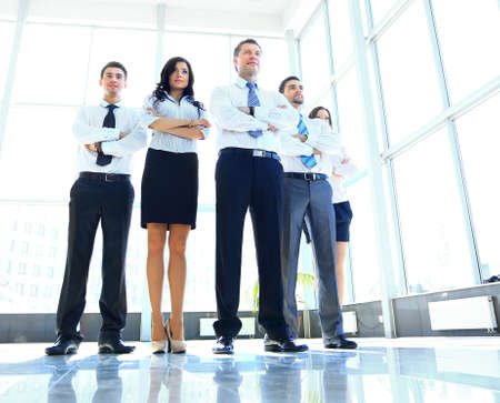 persone: Ritratto di uomo d'affari che porta la sua squadra in ufficio